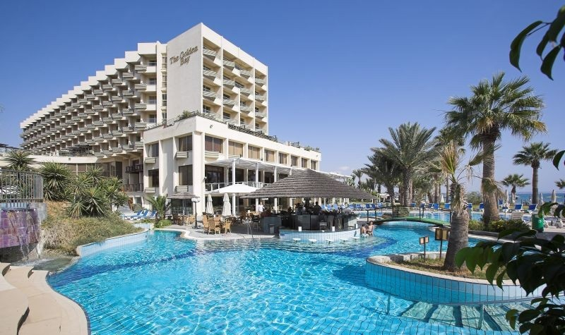 Изображение отеля с искусственным водоемом