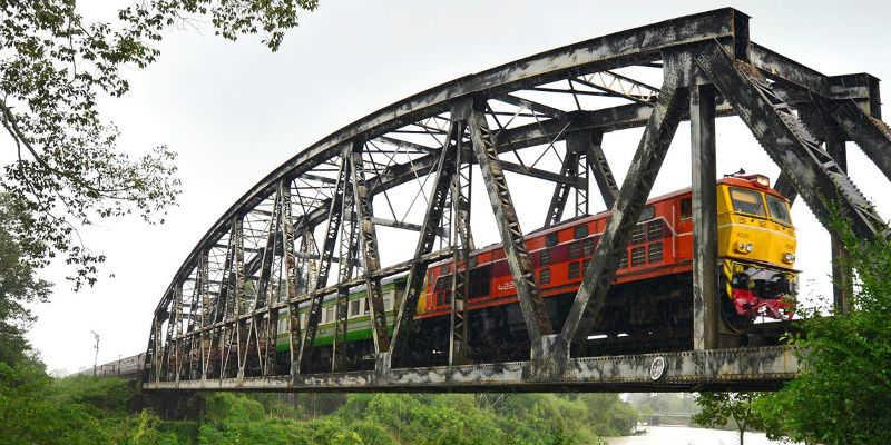 Пассажирский поезд на мосту в Таиланде