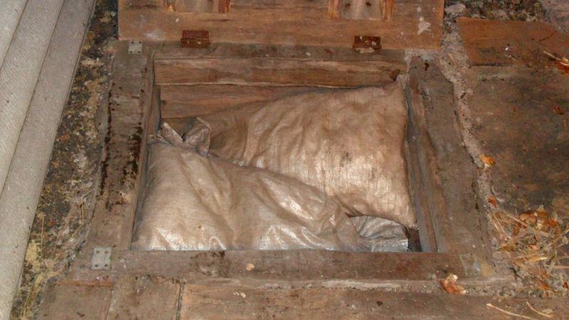 Творило погреба, утепленное мешками с пенопластом