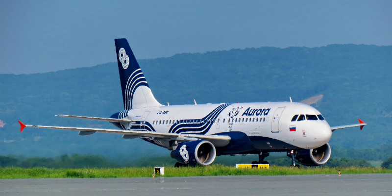 Самолет с логотипом авиакомпании Аврора