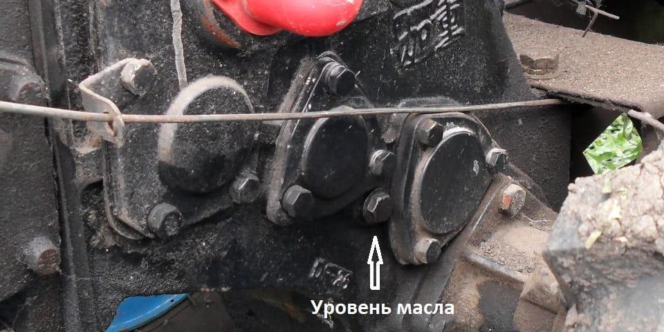 Винт уровня масла в коробке передач дизельного мотоблока
