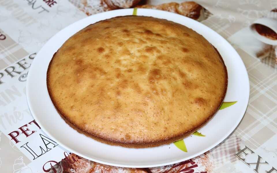 Самый простой кекс на тарелке
