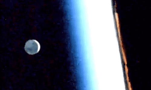 Луна рядом с горизонтом во время восхода