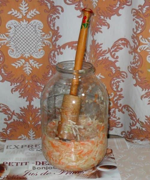 Утрамбовка шинкованной капусты в трехлитровой банке