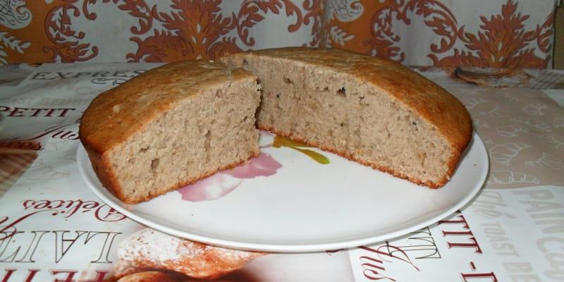 Разрезанный кекс на кефире с вареньем на тарелке
