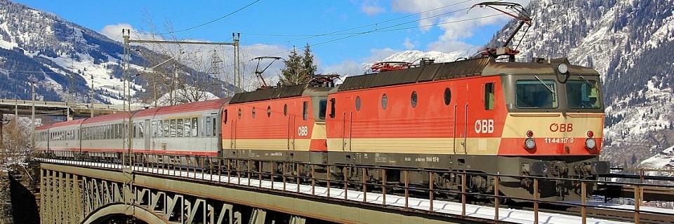 Пассажирский поезд на мосту
