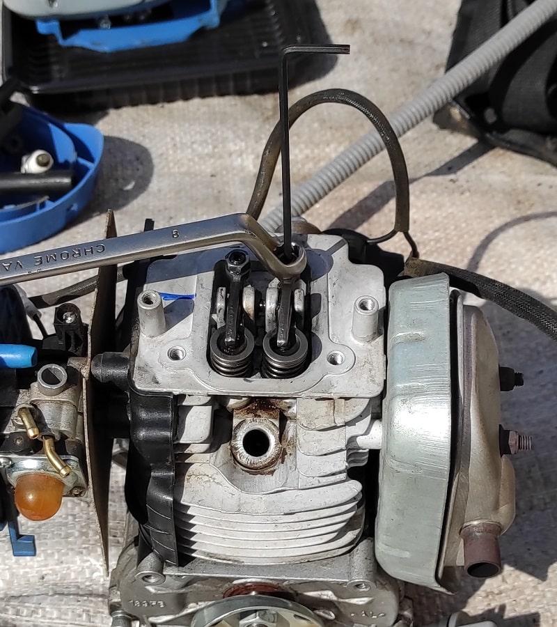 Регулировка клапана четырехтактного триммера